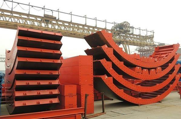 桥梁钢模板支架通行孔的两边应加护桩